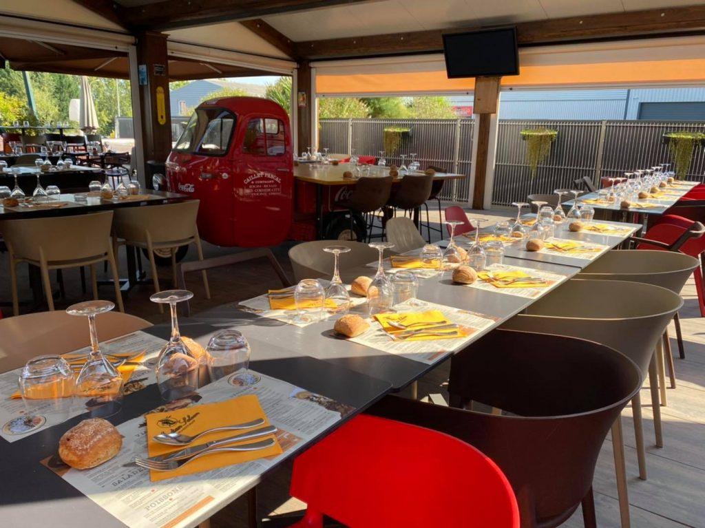 Tables dressées à l'extérieur pour les repas de groupes